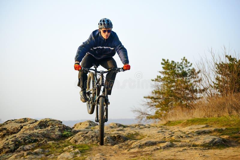 Ποδηλάτης Enduro που οδηγά το ποδήλατο βουνών κάτω από το όμορφο δύσκολο ίχνος Ακραία αθλητική έννοια Διάστημα για το κείμενο στοκ φωτογραφία με δικαίωμα ελεύθερης χρήσης