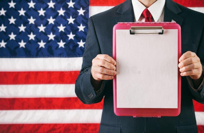 Πολιτικός: Άτομο που κρατά ψηλά την πλαστική περιοχή αποκομμάτων με το έγγραφο στοκ φωτογραφία