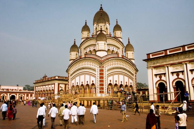 Πολλοί άνθρωποι γύρω από το ζωηρόχρωμο ναό Dakshineswar Kali famouse στοκ εικόνες με δικαίωμα ελεύθερης χρήσης