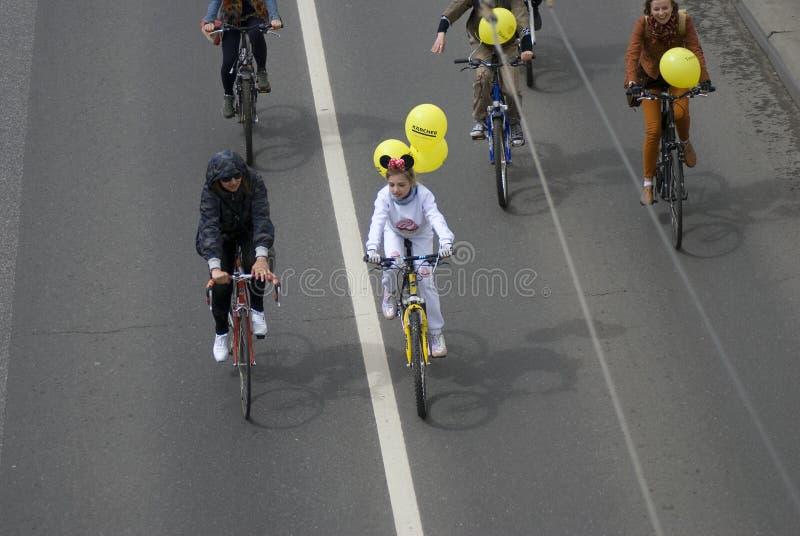 Πολλοί άνθρωποι οδηγούν τα ποδήλατα στο κέντρο πόλεων της Μόσχας στοκ εικόνες