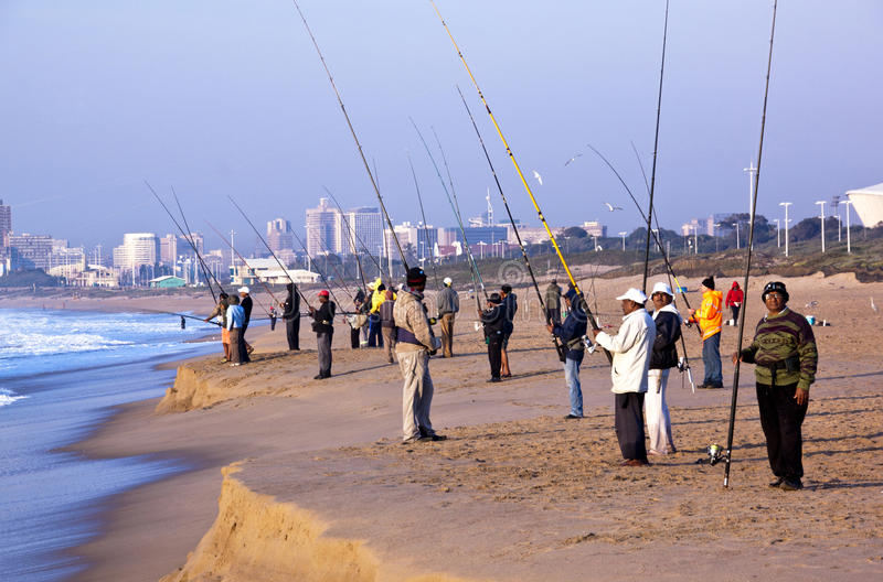 Πολλοί άνθρωποι που αλιεύουν στην μπλε παραλία λιμνοθαλασσών στοκ εικόνα με δικαίωμα ελεύθερης χρήσης