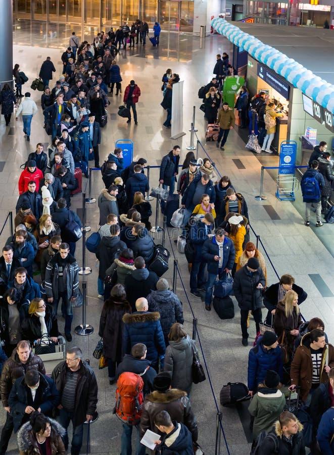Πολλοί άνθρωποι που στέκονται σε μια σειρά αναμονής που καταχωρεί σε Vnukovo, Μόσχα στοκ φωτογραφίες