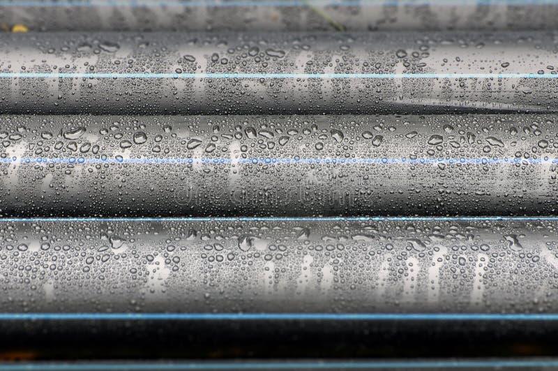 Πολλοί βιομηχανικοί μαύροι πλαστικοί σωλήνες με το νερό μειώνονται στοκ φωτογραφία με δικαίωμα ελεύθερης χρήσης