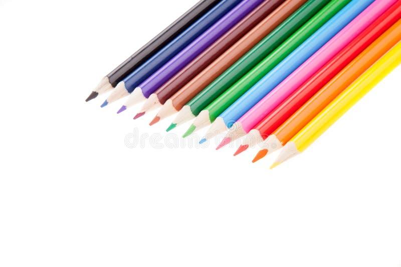 Πολλοί ζωηρόχρωμο μολύβι όπως ένα ουράνιο τόξο στη διαγώνια γραμμή, απομονωμένο λευκό στοκ εικόνες