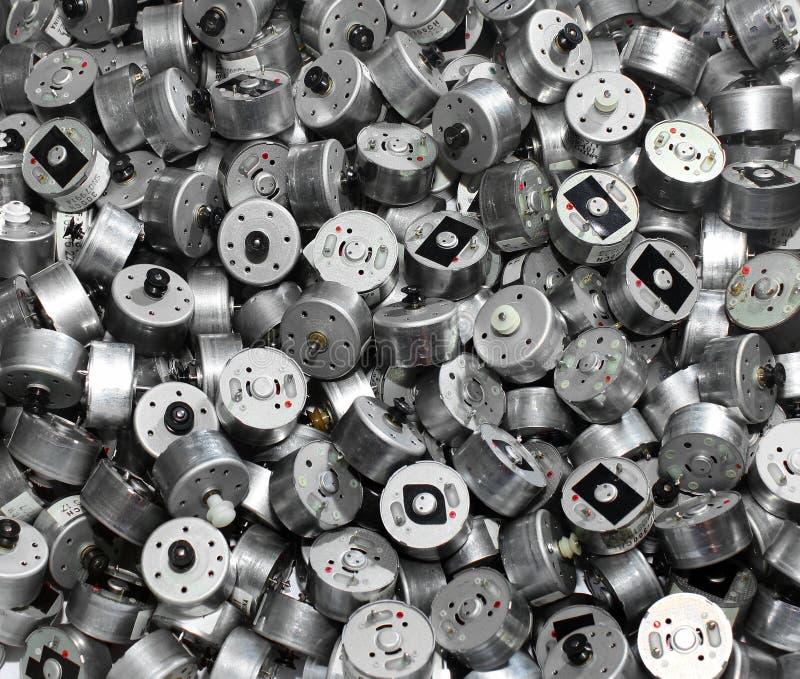 Πολλοί μικροί χρησιμοποιημένοι ηλεκτρικοί κινητήρες ως βιομηχανικό υπόβαθρο στοκ φωτογραφία με δικαίωμα ελεύθερης χρήσης