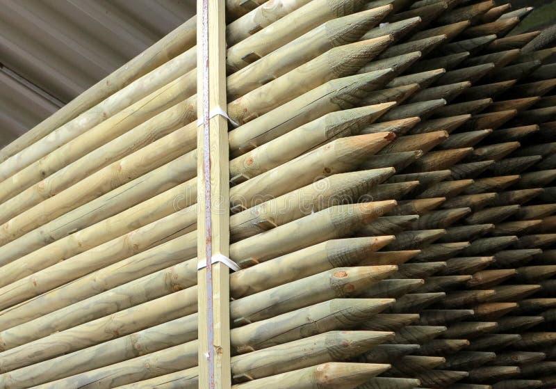 Πολλοί στρογγυλοί ξύλινοι σωροί που συσσωρεύονται στοκ εικόνα