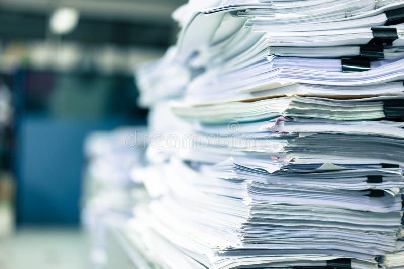 Πολλοί σωροί του εγγράφου που τοποθετούνται στο γραφείο στοκ φωτογραφία με δικαίωμα ελεύθερης χρήσης