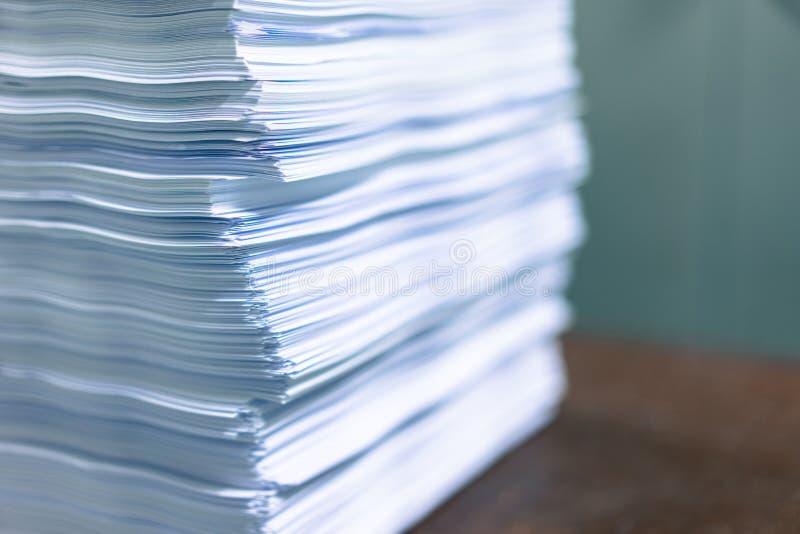 Πολλοί σωροί του εγγράφου που τοποθετούνται στο γραφείο στοκ εικόνα