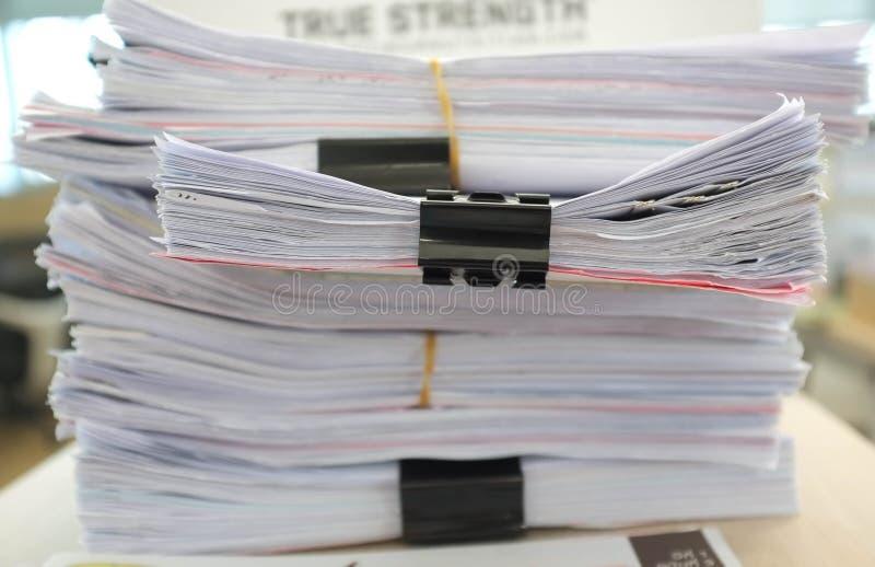 Πολλοί σωροί των εγγράφων για το γραφείο στοκ φωτογραφίες