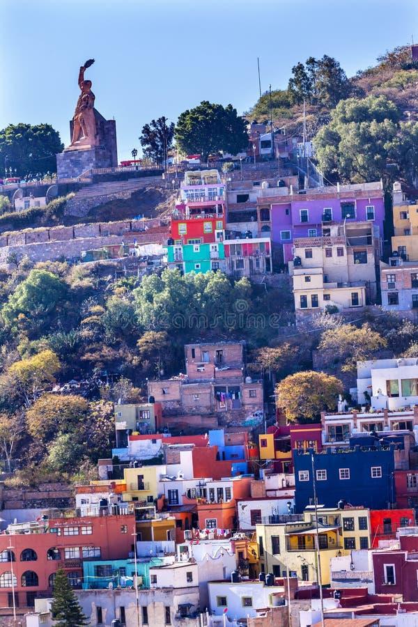 Πολλοί χρωματισμένο άγαλμα Guanajuato Μεξικό EL Pipila σπιτιών στοκ εικόνα