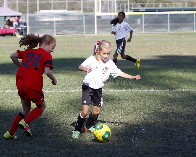 Ποδοσφαιριστές ποδοσφαίρου νεολαίας κοριτσιών που τρέχουν για τη σφαίρα στοκ φωτογραφία με δικαίωμα ελεύθερης χρήσης
