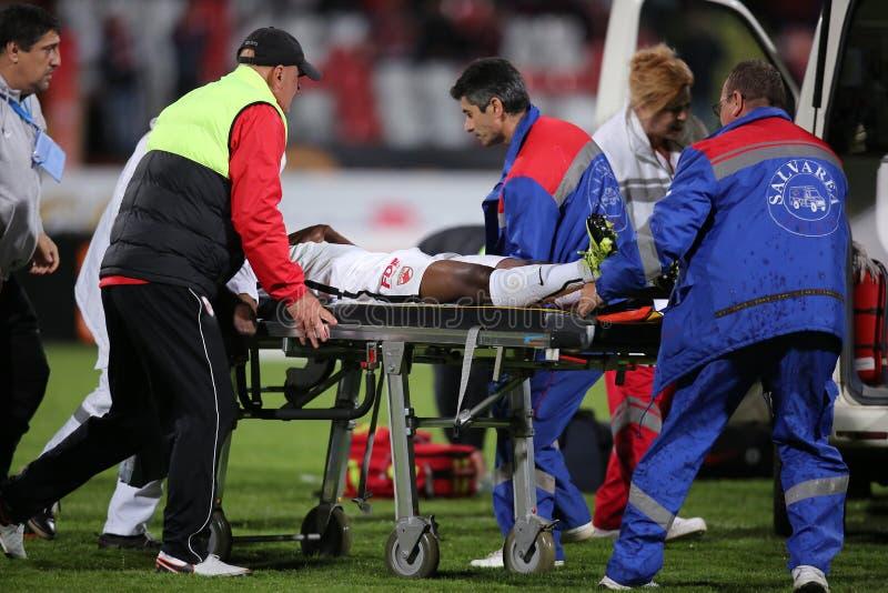 Ποδοσφαιριστής, κύβοι του Πάτρικ Ekeng μετά από την κατάρρευση κατά τη διάρκεια του παιχνιδιού Dinamo Βουκουρέστι στοκ φωτογραφίες