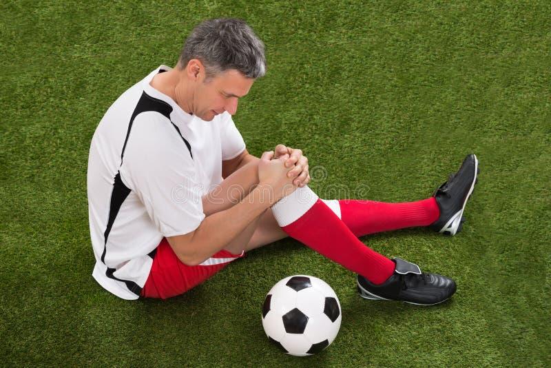 Ποδοσφαιριστής με τον τραυματισμό στο γόνατο στοκ φωτογραφίες με δικαίωμα ελεύθερης χρήσης