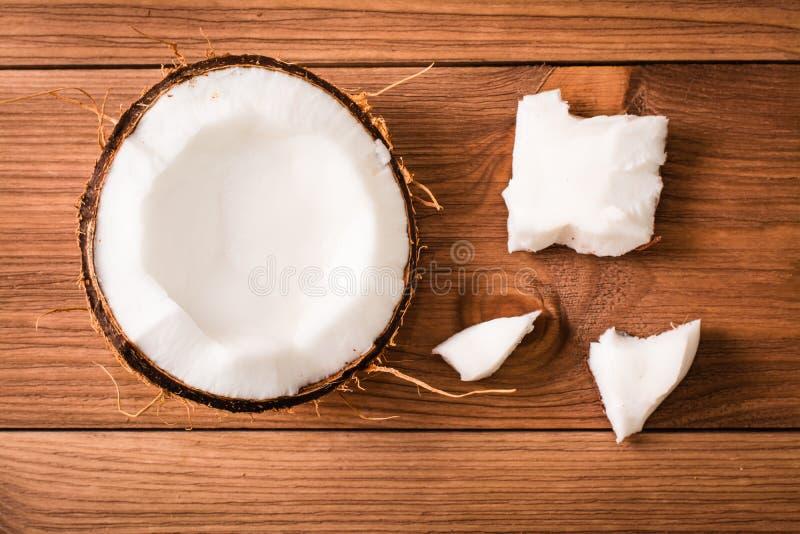 Πολτός της καρύδας σε ένα ξύλινο υπόβαθρο στοκ εικόνα με δικαίωμα ελεύθερης χρήσης