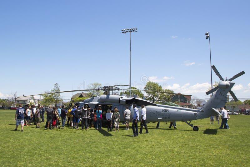 Πολυάριθμοι θεατές γύρω από το ελικόπτερο της mh-ΔΕΚΑΕΤΙΑΣ ΤΟΥ '60 από τη μοίρα πέντε αγώνα θάλασσας ελικοπτέρων κατά τη διάρκεια στοκ εικόνες