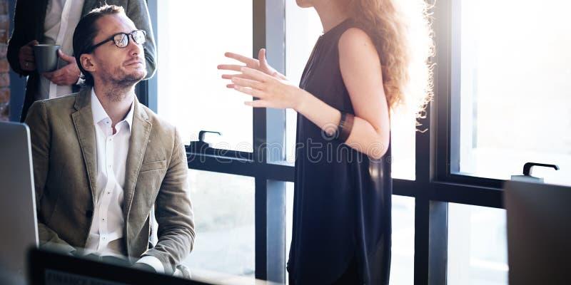 Πολυάσχολη έννοια ομιλίας εργασίας επιχειρηματιών στοκ εικόνες