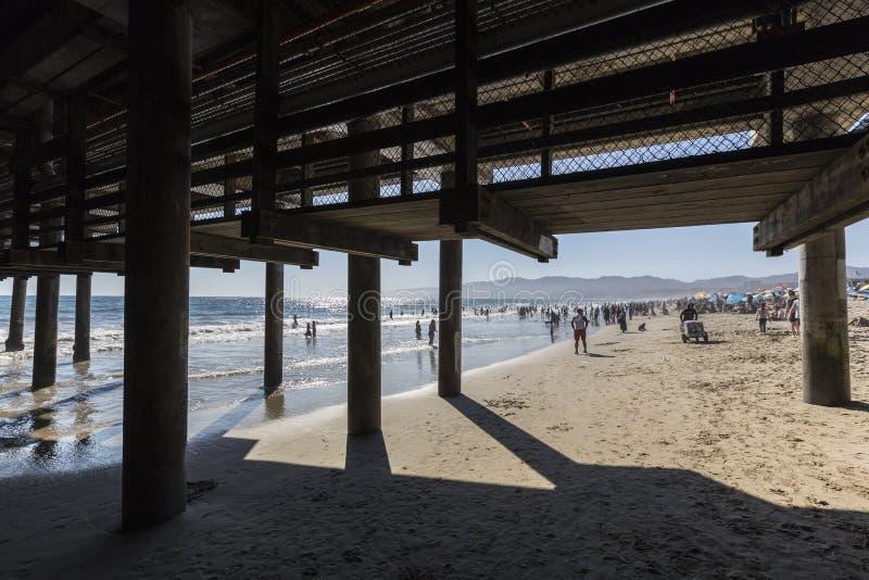Πολυάσχολη παραλία της Σάντα Μόνικα σε νότια Καλιφόρνια στοκ εικόνα με δικαίωμα ελεύθερης χρήσης