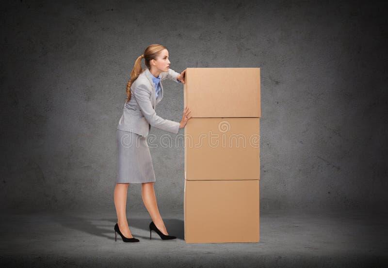 Πολυάσχολος ωθώντας πύργος επιχειρηματιών των cardboards στοκ φωτογραφία με δικαίωμα ελεύθερης χρήσης