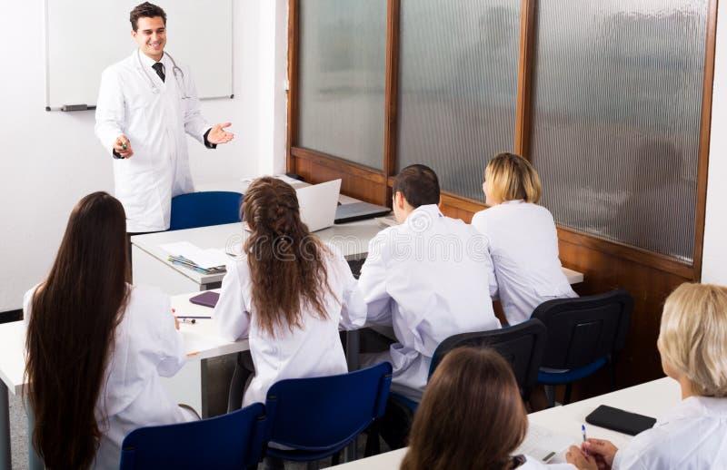 Πολυεθνικοί οικότροφοι και καθηγητής που διοργανώνουν τη συζήτηση στοκ φωτογραφία