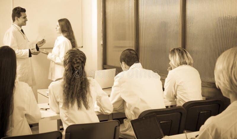 Πολυεθνικοί οικότροφοι και καθηγητής που διοργανώνουν τη συζήτηση στοκ φωτογραφίες
