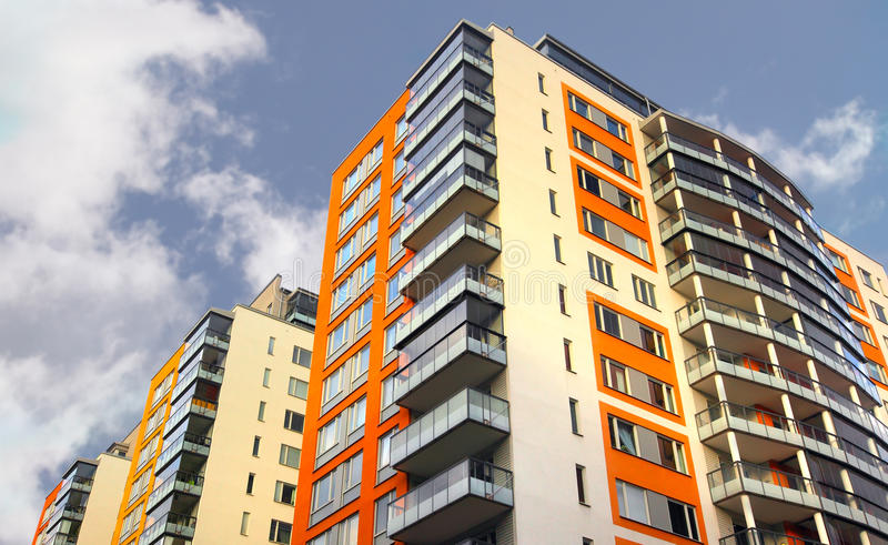 Πολυκατοικία με τα μπαλκόνια στοκ φωτογραφία με δικαίωμα ελεύθερης χρήσης