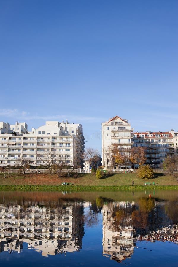 Πολυκατοικίες όχθεων της λίμνης στη Βαρσοβία στοκ εικόνες με δικαίωμα ελεύθερης χρήσης