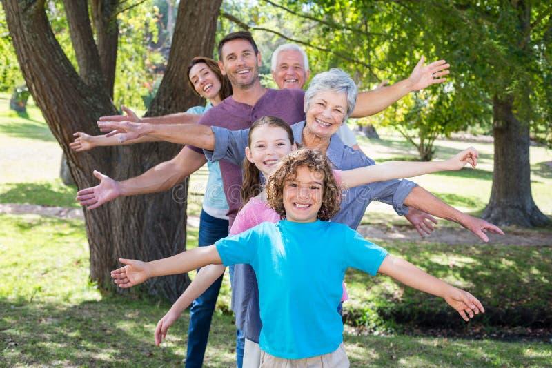 Πολυμελής οικογένεια που χαμογελά στο πάρκο στοκ εικόνες με δικαίωμα ελεύθερης χρήσης
