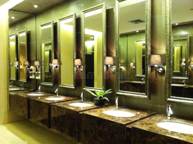 πολυτέλεια και πολύ καθαρή τουαλέτα στοκ φωτογραφίες με δικαίωμα ελεύθερης χρήσης