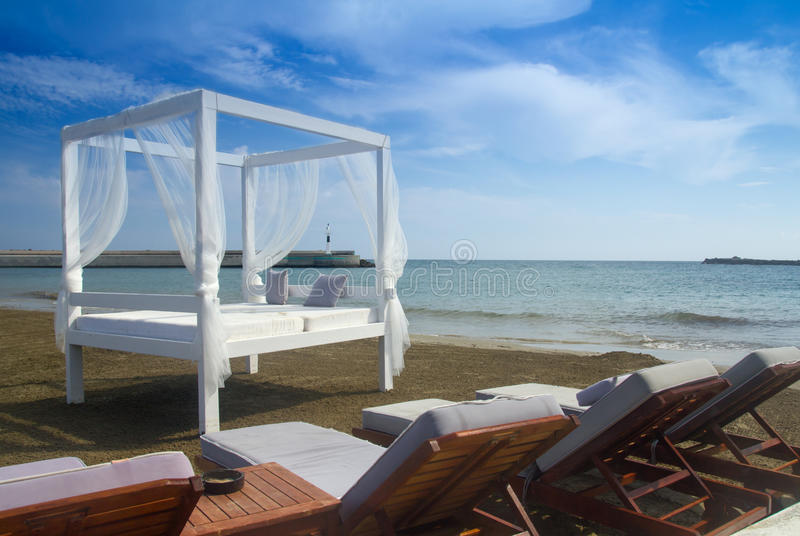 Πολυτελές κρεβάτι από τη θάλασσα, η παραλία για να χαλαρώσει επάνω στοκ φωτογραφίες με δικαίωμα ελεύθερης χρήσης