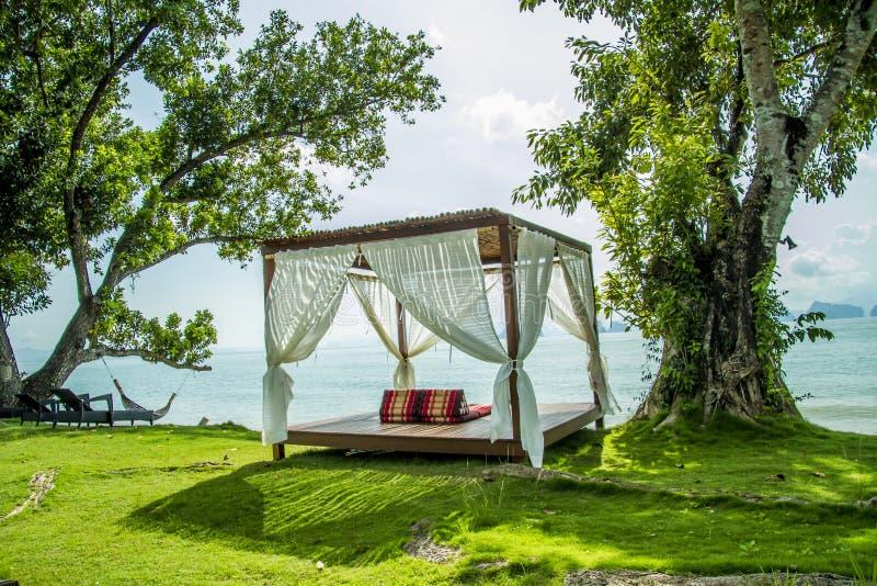 Πολυτελές κρεβάτι από τη θάλασσα, η παραλία για να χαλαρώσει στοκ φωτογραφία με δικαίωμα ελεύθερης χρήσης
