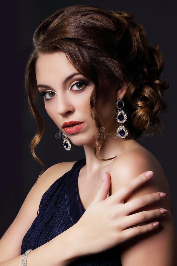 Πολυτελής πλούσια κυρία με τα μοντέρνα σκουλαρίκια στοκ φωτογραφία