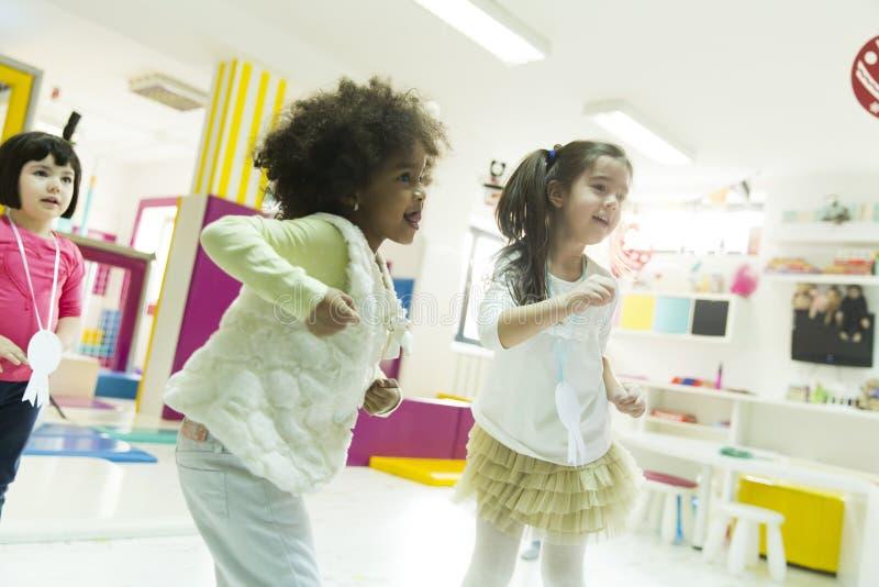 Πολυφυλετικά κορίτσια liitle στο χώρο για παιχνίδη στοκ φωτογραφίες