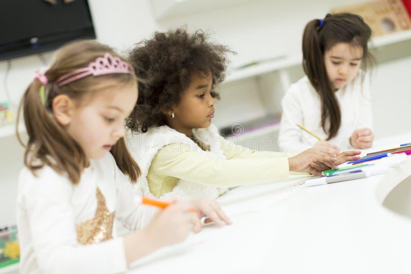 Πολυφυλετικά παιδιά που σύρουν στο χώρο για παιχνίδη στοκ εικόνες με δικαίωμα ελεύθερης χρήσης