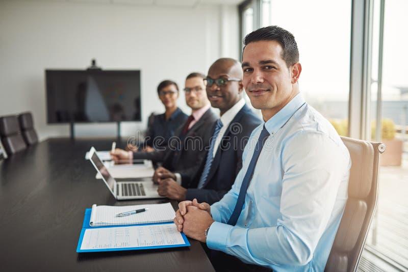 Πολυφυλετική εκτελεστική επιχειρησιακή ομάδα σε μια συνεδρίαση στοκ εικόνα