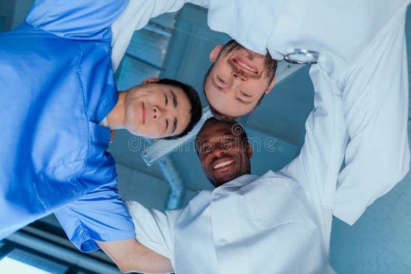 Πολυφυλετική ομάδα γιατρών που στέκονται στον κύκλο στην κλινική στοκ εικόνα με δικαίωμα ελεύθερης χρήσης
