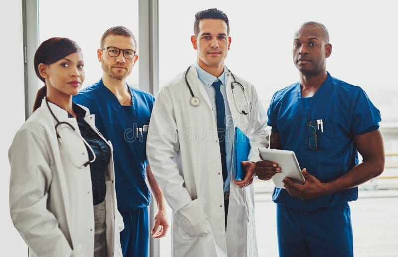 Πολυφυλετική ομάδα των γιατρών σε ένα νοσοκομείο στοκ εικόνα