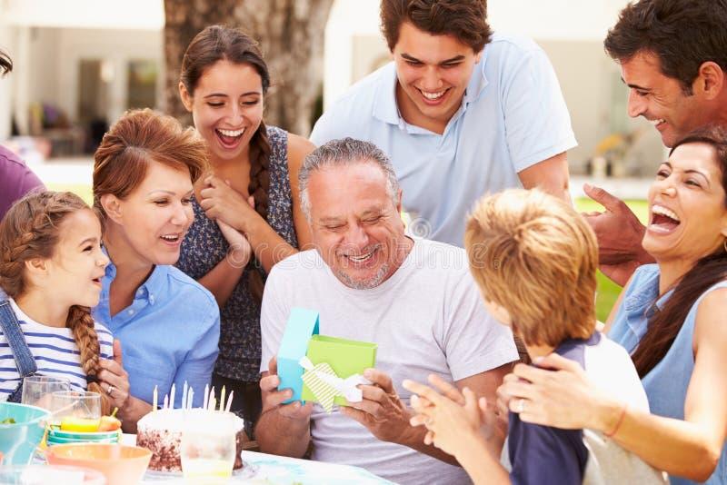 Πολυ γενέθλια οικογενειακού εορτασμού παραγωγής στον κήπο στοκ φωτογραφία με δικαίωμα ελεύθερης χρήσης