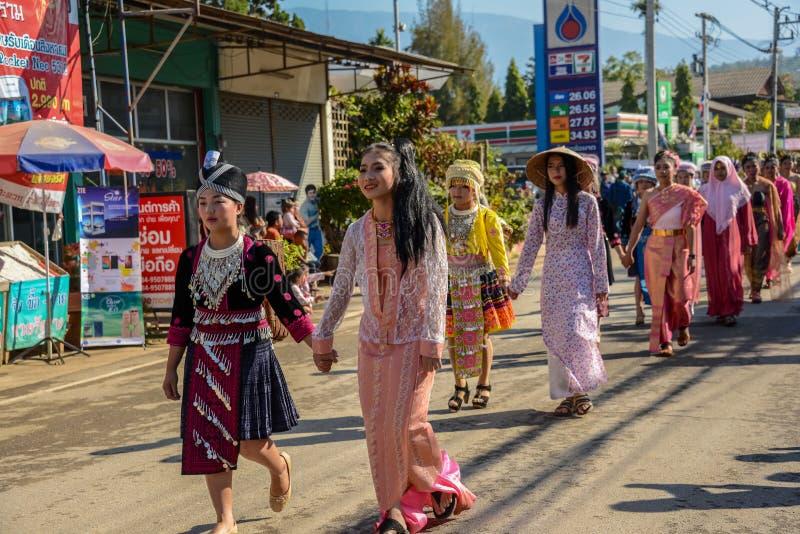 Πολυ γηγενείς λαοί με κάθε παραδοσιακό κοστούμι στοκ εικόνες με δικαίωμα ελεύθερης χρήσης