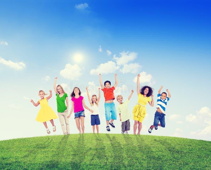 Πολυ-εθνικές παιδιά και γυναίκες υπαίθρια στοκ φωτογραφία με δικαίωμα ελεύθερης χρήσης