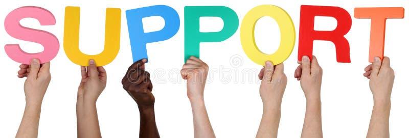 Πολυ εθνική ομάδα ανθρώπων που κρατά την υποστήριξη λέξης στοκ εικόνα με δικαίωμα ελεύθερης χρήσης