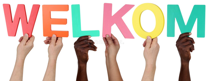 Πολυ εθνική ομάδα ανθρώπων που κρατά το ολλανδικό welco λέξης welkom στοκ εικόνες