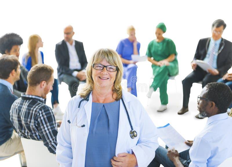 Πολυ-εθνική ομάδα ανθρώπων των εργαζομένων υγειονομικής περίθαλψης στοκ φωτογραφίες