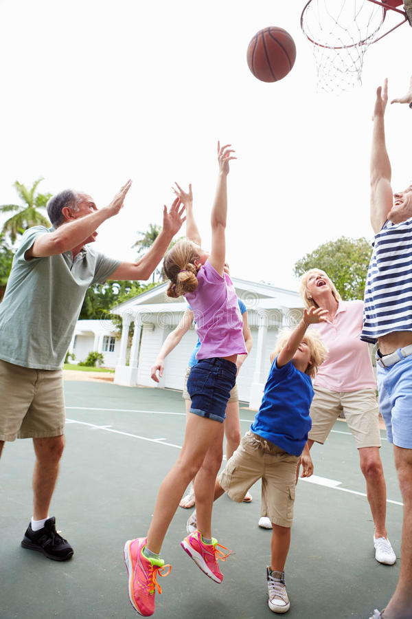 Πολυ οικογενειακή παίζοντας καλαθοσφαίριση παραγωγής από κοινού στοκ φωτογραφία με δικαίωμα ελεύθερης χρήσης