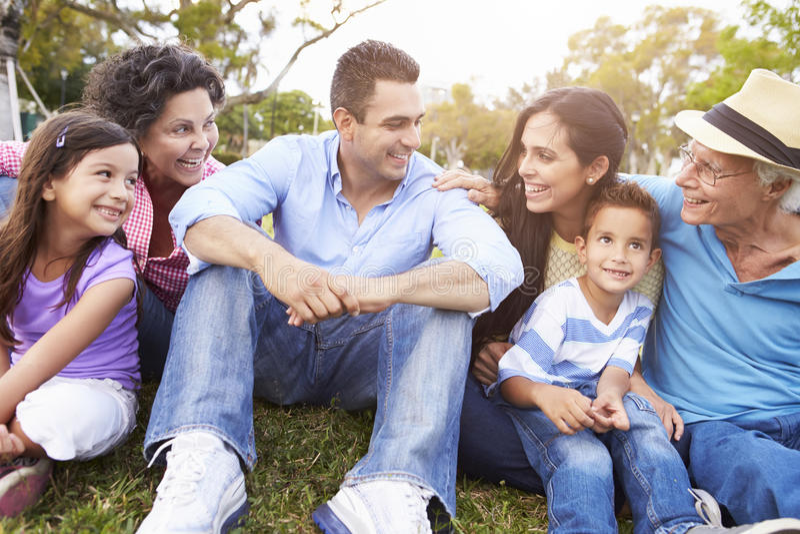 Πολυ οικογενειακή συνεδρίαση παραγωγής στο πάρκο από κοινού στοκ φωτογραφία με δικαίωμα ελεύθερης χρήσης