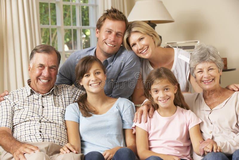 Πολυ συνεδρίαση οικογενειακής ομάδας παραγωγής στον καναπέ στο εσωτερικό στοκ εικόνες με δικαίωμα ελεύθερης χρήσης