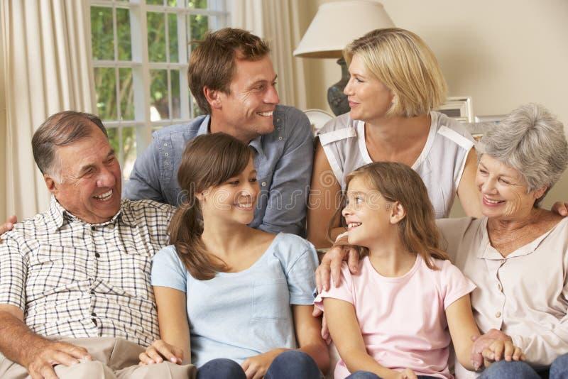 Πολυ συνεδρίαση οικογενειακής ομάδας παραγωγής στον καναπέ στο εσωτερικό στοκ φωτογραφία με δικαίωμα ελεύθερης χρήσης