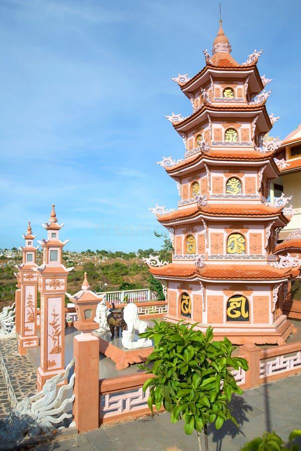 Πολυ-τοποθετημένη στη σειρά παγόδα στο βουδιστικό γιο Chua Buu ναών Γειτονιά της πόλης Phan Thiet στοκ φωτογραφία