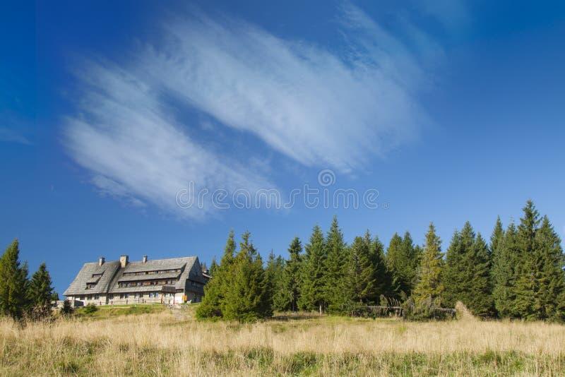 Πολωνία, βουνά Gorce, καλύβα βουνών σε Turbacz στοκ εικόνα