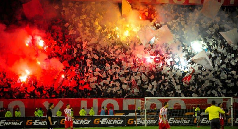 Ποδόσφαιρο ή οπαδοί ποδοσφαίρου που χρησιμοποιεί την πυροτεχνουργία στοκ φωτογραφίες