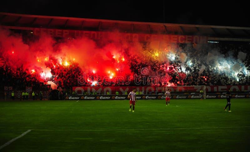 Ποδόσφαιρο ή οπαδοί ποδοσφαίρου που χρησιμοποιεί την πυροτεχνουργία στοκ φωτογραφία με δικαίωμα ελεύθερης χρήσης